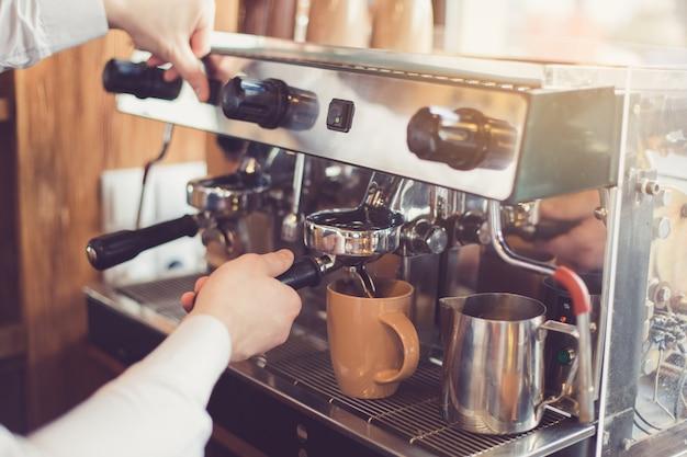 Close up van professionele barista. man die koffie maakt met espressomachine