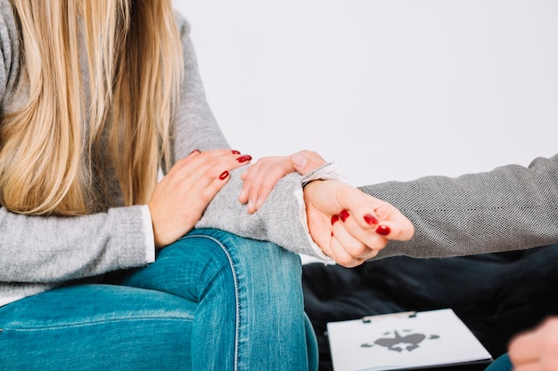 Close-up van psycholoog die steun geeft aan de vrouwelijke patiënt