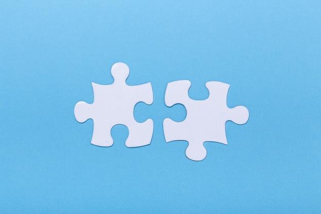 Close-up van puzzel op blauwe achtergrond ontbrekend puzzelstukje, bedrijfsconcept voor het voltooien van het stuk teamwork concept