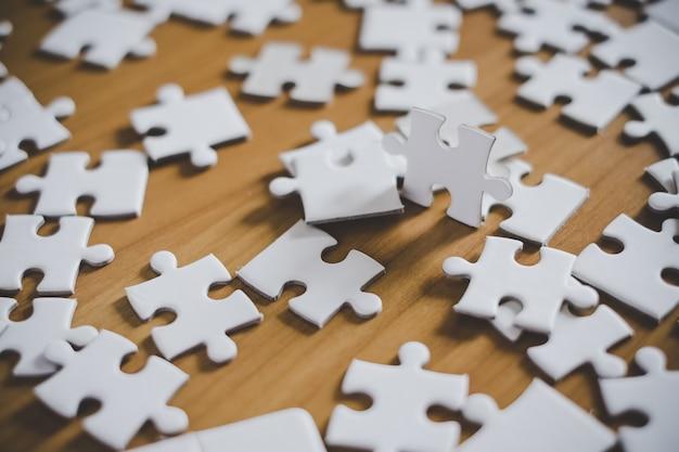 Close-up van puzzelstukjes op tafel