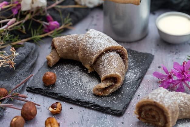 Close-up van rauw veganistisch broodje gemaakt van hazelnoten op een paarse grunge tafelblad