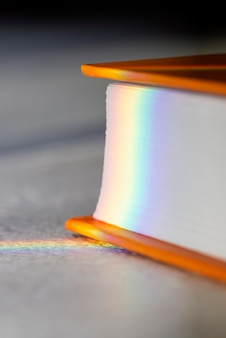 Close-up van regenboogzonlicht op gesloten boek