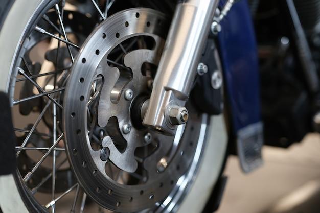 Close-up van remschijf op motorfietswiel. rem vervangen motorfiets onderhoudsconcept