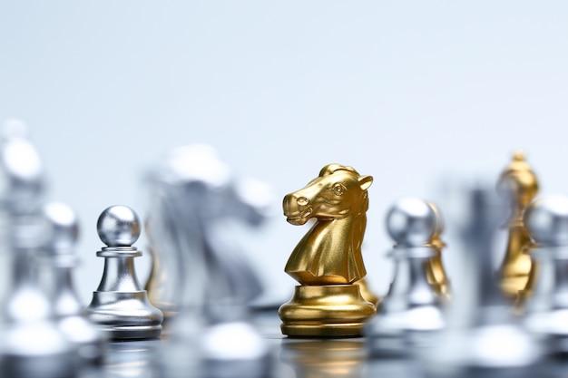 Close up van ridder op schaakbord en schaakstukken