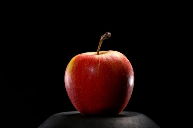 Close up van rode biologische verse appel op zwarte achtergrond