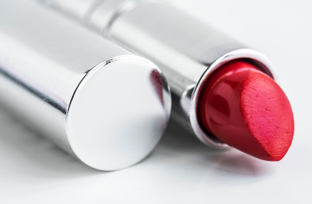 Close-up van rode lippenstift die op witte achtergrond wordt geïsoleerd