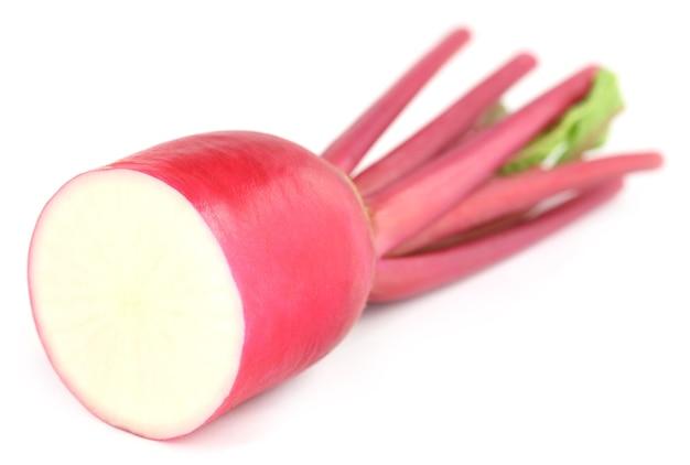 Close-up van rode radijs op witte achtergrond