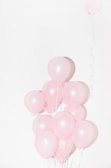Close-up van roze ballonnen tegen witte achtergrond