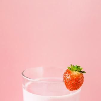 Close-up van roze milkshake met aardbei