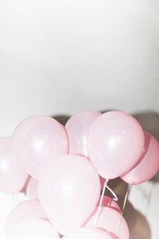 Close-up van roze opblaasbare ballon tegen witte achtergrond