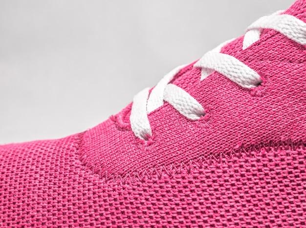 Close up van roze schoen met veters