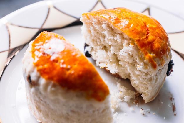 Close-up van rozijnen scone gehalveerd. eet met thee. good bakt gebak.