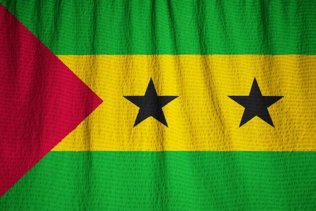Close-up van ruffled sao tomé en principe vlag, sao tomé en principe vlag waait in de wind