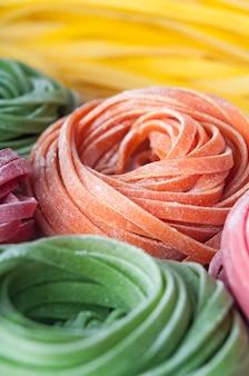 Close-up van ruwe deegwaren met natuurlijke kleurstoffen