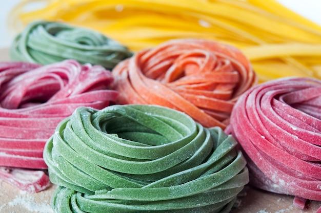Close-up van ruwe deegwaren met plantaardige kleurstoffen