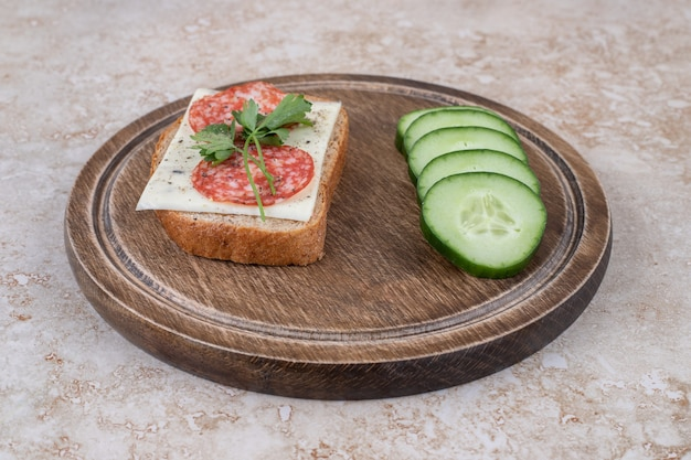Close-up van salami sandwich met plakjes komkommer