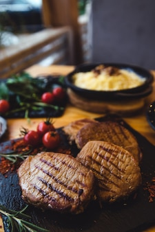 Close-up van sappig entrecote rundvlees bedekt met peper