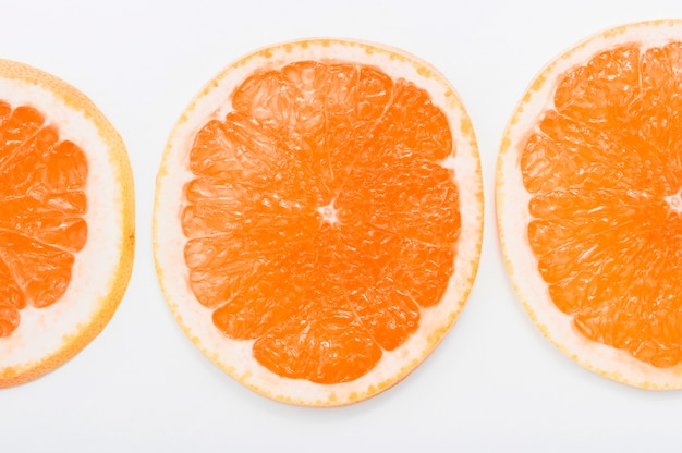 Close-up van sappige sinaasappelenplakken die op witte achtergrond worden geïsoleerd