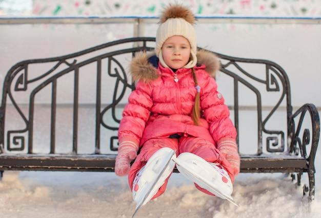 Close-up van schaatsen op het kleine meisje