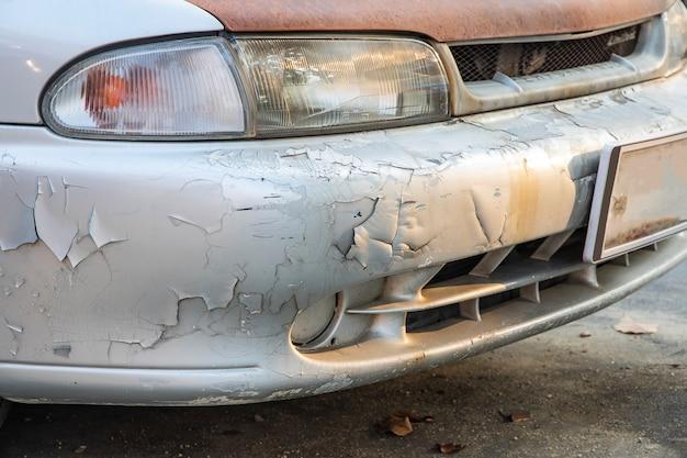 Close-up van schade aan de kleur van de bumper peeling.
