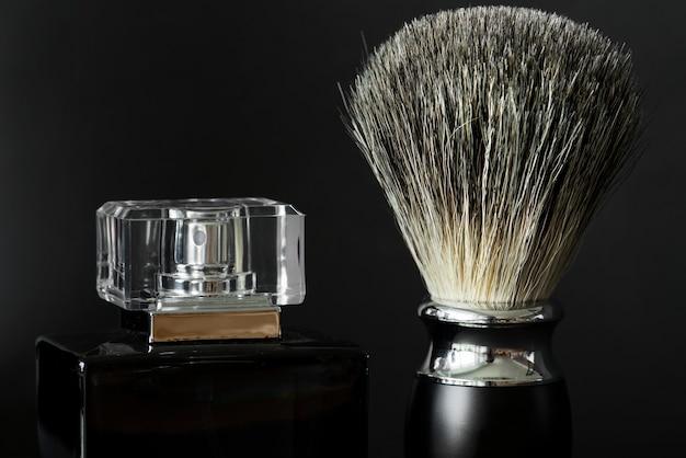 Close-up van scheerborstel en parfum