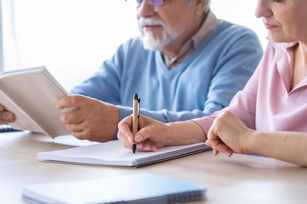 Close-up van senior koppel tijdens het leren