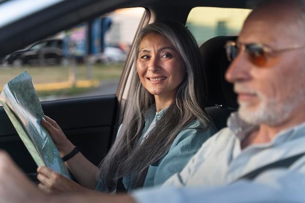 Close-up van senior reizigers in de auto