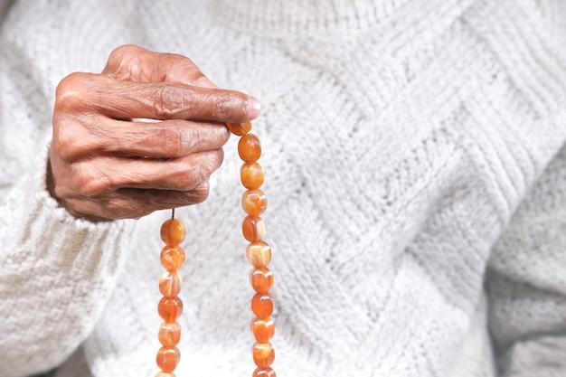 Close up van senior vrouwen hand bidden dank u,