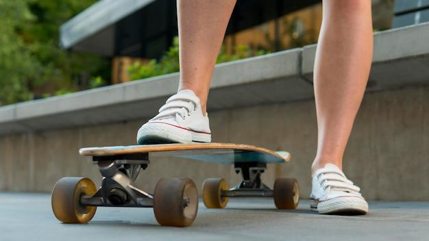 Close-up van skateboard in stedelijke stad