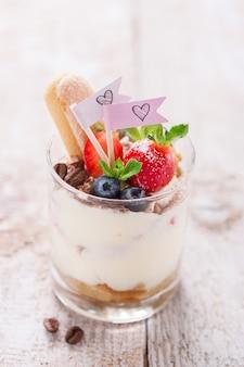 Close-up van smakelijke dessert met bosbessen en aardbeien