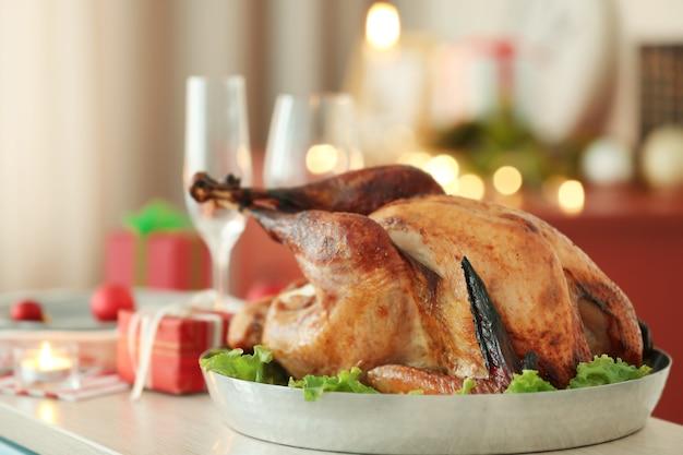 Close-up van smakelijke kalkoen bereid voor het kerstdiner, op wazig oppervlak