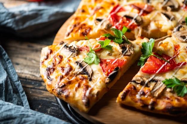 Close-up van smakelijke sappige pizza op houten tafel