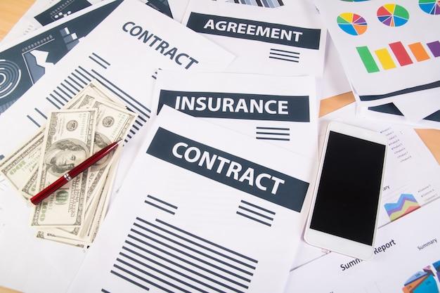 Close-up van smartphone geld grafieken en grafieken op de werkplek op kantoor. bedrijfsconcept.