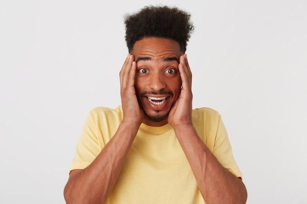 Close-up van smilig aantrekkelijke afro-amerikaanse jonge man