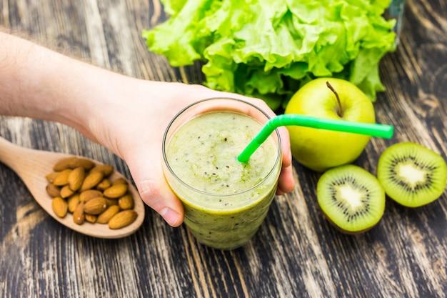 Close up van smoothies met verschillende ingrediënten. superfoods en een gezonde levensstijl of detox dieet concept.