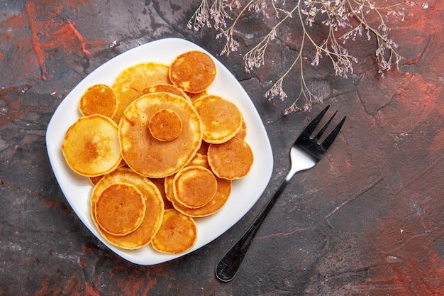 Close-up van snelle pannenkoeken en vork