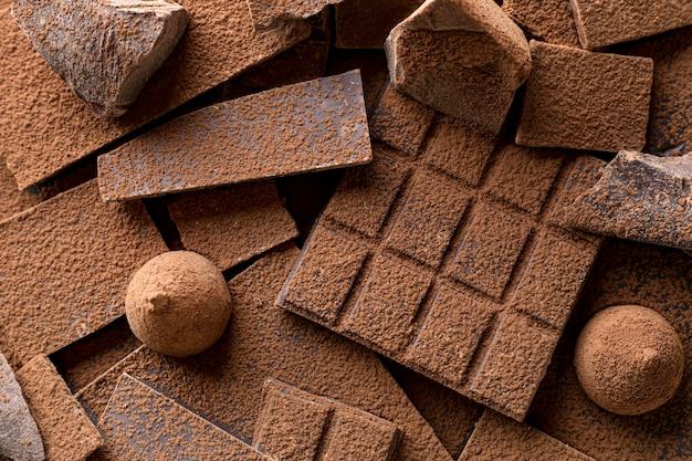 Close-up van snoep met chocolade en cacaopoeder