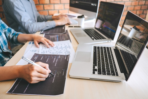 Close-up van softwareontwikkelaars die samenwerken