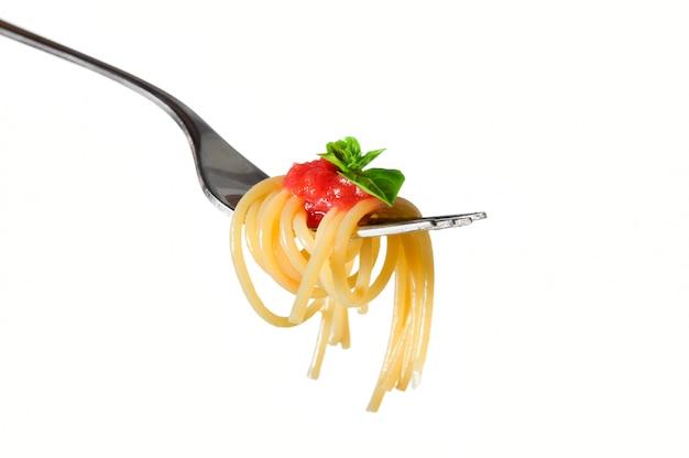 Close-up van spaghetti op vork geïsoleerd op een witte achtergrond