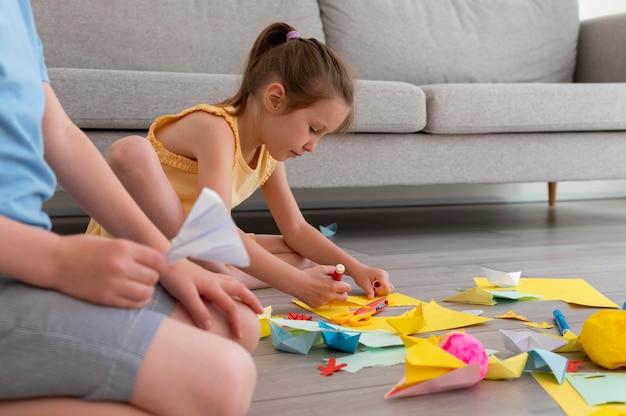 Close-up van spelende kinderen met papier