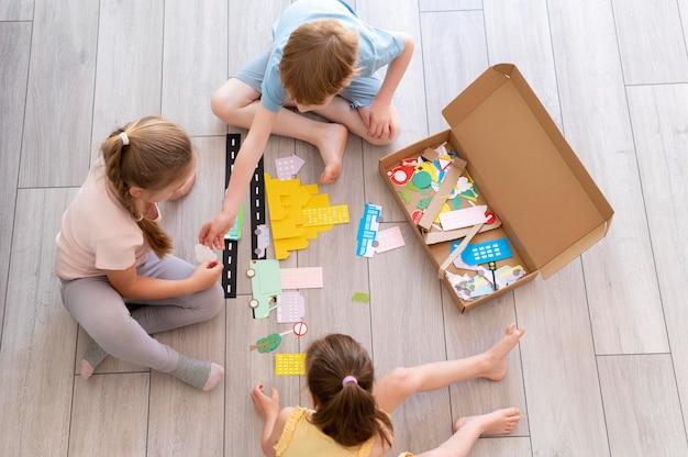 Close-up van spelende kinderen op de vloer