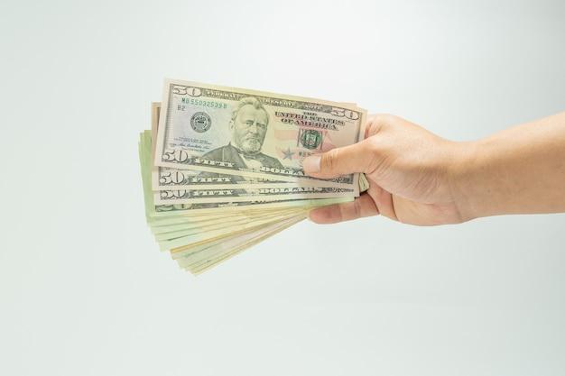 Close-up van stapel vijftig en twintig nieuwe amerikaanse dollar op hand money american