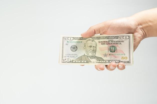 Close-up van stapel vijftig nieuwe amerikaanse dollar op schudden handen geld amerikaanse geïsoleerd op witte achterzijde