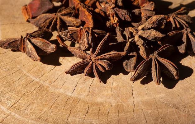 Close-up van steranijs (illicium verum) op een oude houten ondergrond
