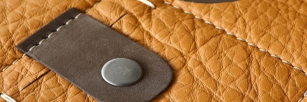 Close-up van stijlvolle en trendy bovenkleding. zak en knoop op overjas. echt lederen jasdetail. premium kwaliteit van modieuze kleding concept