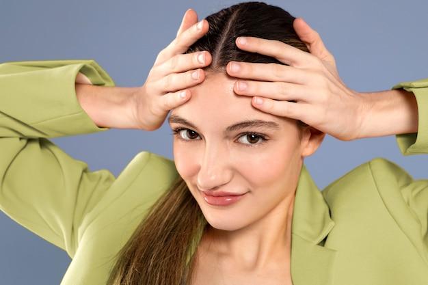 Close-up van stijlvolle vrouw poseren