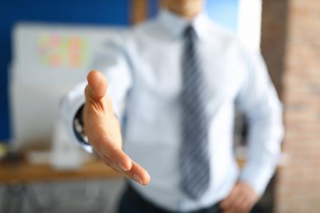 Close-up van stijlvolle zakenman hand schudden.