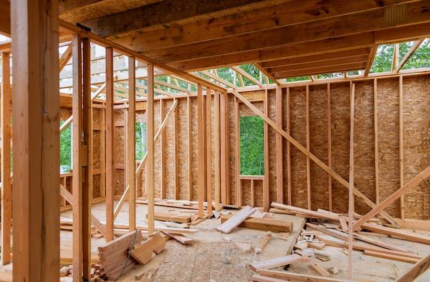 Close-up van straal gebouwd huis in aanbouw en blauwe hemel met houten bundel, post en straalkader. houtkaderhuis, onroerende goederenachtergrond