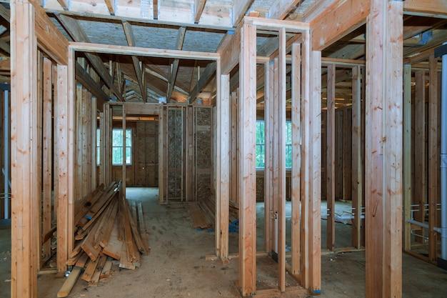 Close-up van straal gebouwd huis in aanbouw en blauwe hemel met houten bundel, post en straalkader.