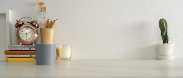 Close-up van studie tafel met briefpapier, klok, boeken, leveringen en kopie ruimte in kantoor aan huis